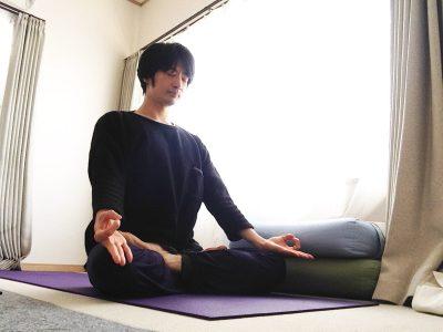 蓮華座(結跏趺坐・パドマーサナ)の練習法1 〜足首を伸ばし、膝をしっかり曲げて股関節を外回し〜