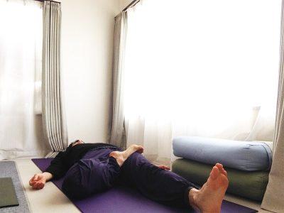 蓮華座(結跏趺坐・パドマーサナ)の練習法2 〜股関節を内回しして膝を下ろす〜