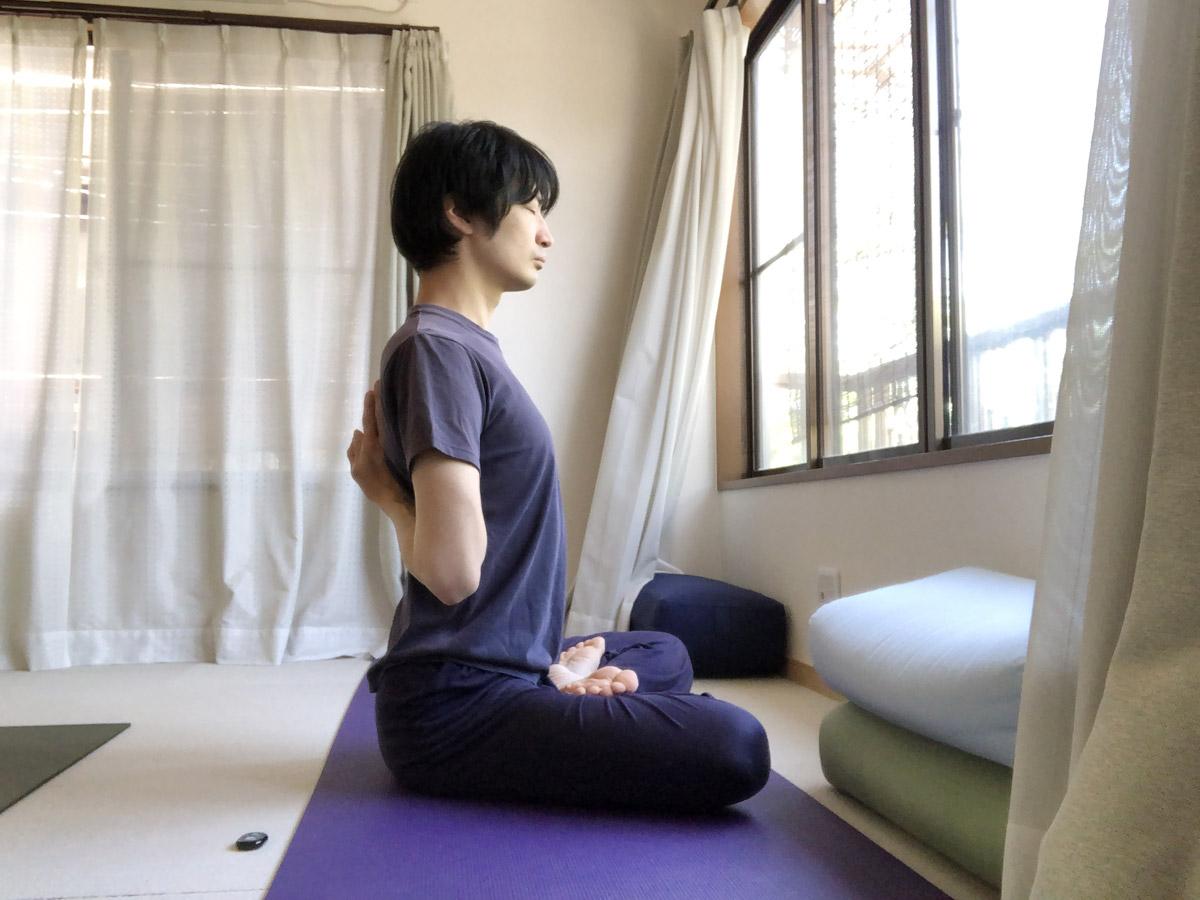 背中で合掌するやり方・コツ、関連する筋肉のセルフマッサージ