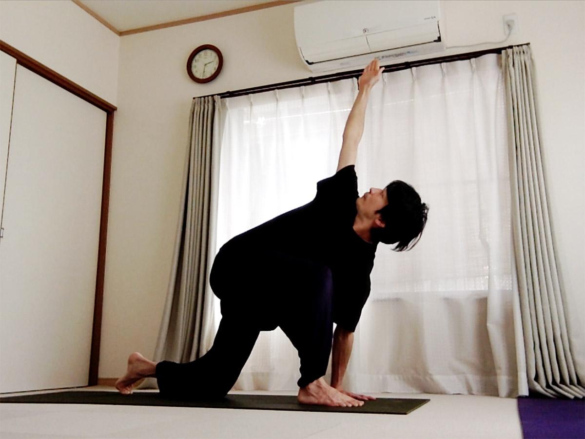ヨガマットなしでもできる、10分間で一通り全身を動かす流れ 〜朝の習慣・ケガ予防・ヨガ前の準備運動に〜